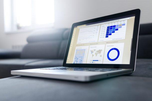 trendy w handlu internetowym- komputer ze statystykami