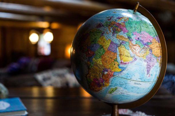 zdjęcie globusa ilustrujące brak barier geograficznych w internecie